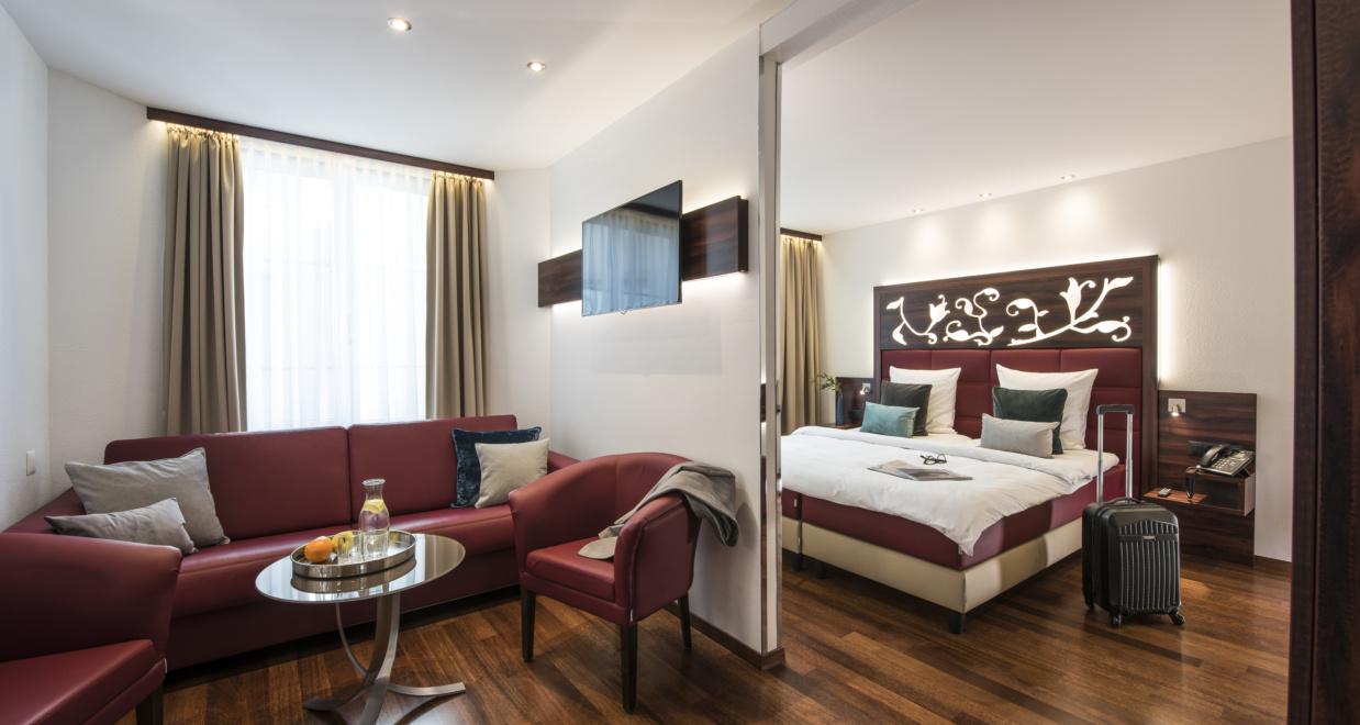 Der wunderschöne Wohnbereich eines Doppelzimmers bei Hotel Scheuble bei dem man günstige Zimmer buchen kann