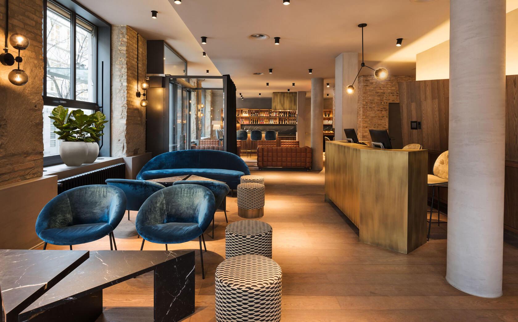 Angenehme ruhige Lobby mit blauen und braunen Details von Hotel Scheuble