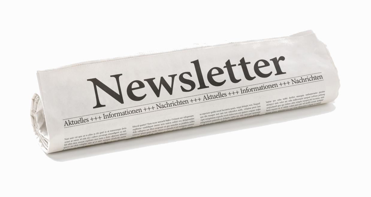 Zeitungsrolle mit der Überschrift Newsletter